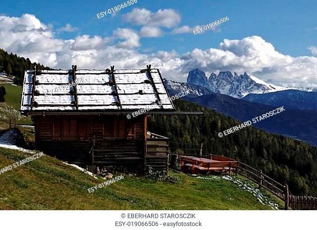 Berghütte und Langkofelgruppe