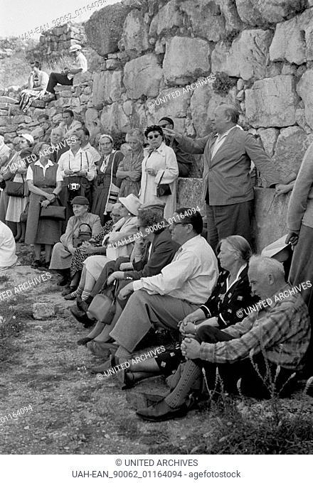 Griechenland, Greece - Eine Gruppe von Touristen läßt sich die Sehenswürdigkeiten des alten Mykene näher erläutern