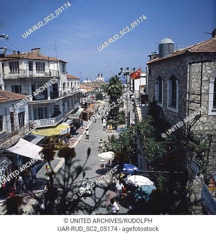 Geschäftsstraße am Hafen von Kusadasi, Türkei 1980er Jahre. Shopping street near the harbor at Kusadasi, Turkey 1980s