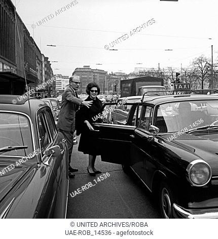 Die österreichische Konzert- und Opernsängerin Gundula Janowitz (mit Sonnenbrille) in Hamburg, Deutschland 1960er Jahre. Austrian opera singer Gundula Janowitz...
