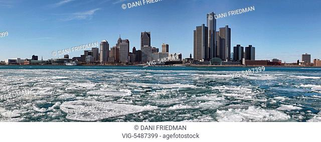 Chunks of ice floating along the Detroit River with the skyline of downtown Detroit, Michigan, USA in the background. - DETROIT, MICHIGAN, USA, 17/03/2015