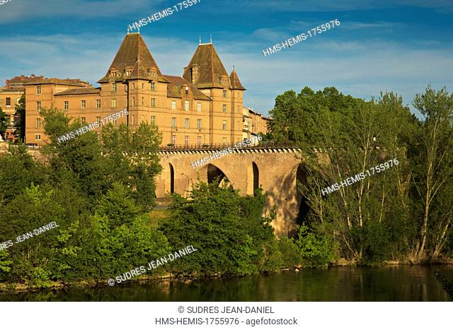 France, Tarn et Garonne, Montauban, Old Bridge and the Musée Ingres. The Ingres Museum is the oldest hotel in town and episcopal palace built in 1664 on the...
