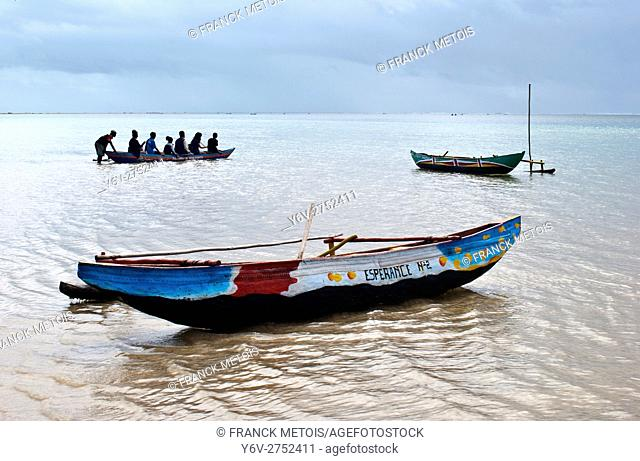 Tourists going boating to visit the lagoon. At Foulpointe ( Madagascar)